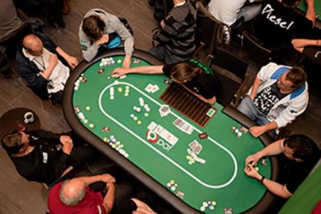 Jugadores en una mesa de póker