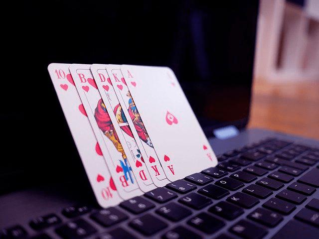 Jugar al póker On-Line: Variantes, normas y características